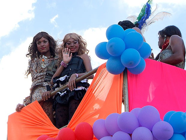 Parada gay interdita Rua Lima e Silva no bairro da Liberdade, em Salvador (Foto: Imagem/ TV Bahia)
