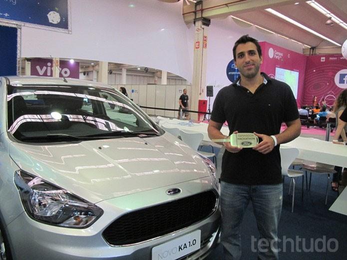 Daniel com seu prêmio: o novo Ford Ka 1.0 (Foto: Laura Martins / TechTudo)