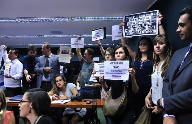 Manifestantes protestam durante reunião da Comissão de Constituição de Justiça (CCJ), da Câmara dos Deputados, que votou PEC da redução da maioridade penal (Foto: Luis Macedo / Câmara dos Deputados)