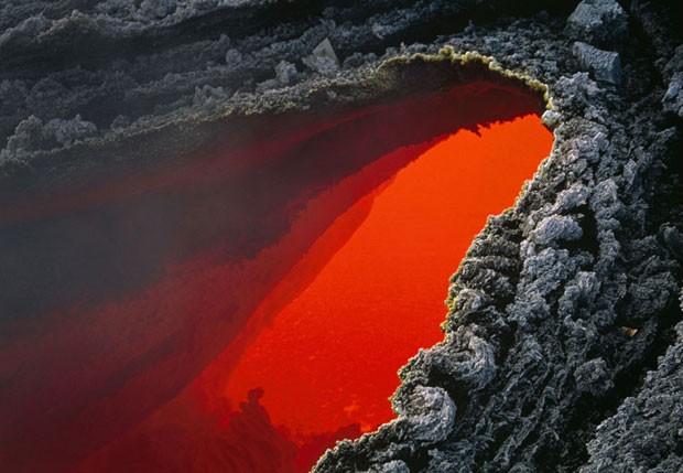 Vulcões são imprevisíveis. As erupções criam instabilidades em toda a região, que podem resultar em deslizamentos de rochas (Foto: Carsten Peter/Nat Geo Stock/Caters)