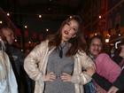 Sabrina Sato faz pose e, atrás dela, mulher a imita e chama a atenção