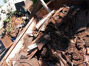 Entulho, lixo e fezes de cachorros foram retiradas do terreno  (Foto: Érico Andrade/G1)