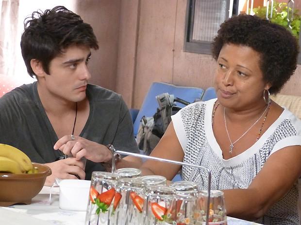Vitor conta a Dona Rosa a história de como foi preso (Foto: Malhação / TV Globo)