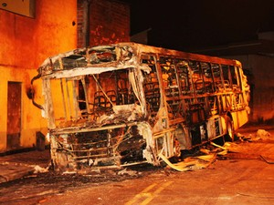 Um ônibus é incendiado na Rua Gabiroba de Minas, Zona Leste de SP (Foto: Nivaldo Lima/Futura Press/Estadão Conteúdo)