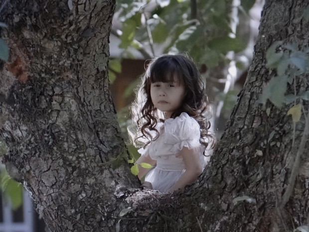 Bella vê Laura e Caíque conversando e torce para o médico contar a verdade (Foto: TV Globo)
