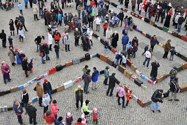 Recorde de maior núnero de pessoas com malas de viagem foi estabelecido na República Tcheca (Foto: Radek Mica/AFP)