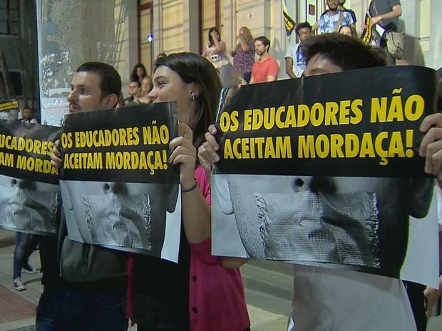 """Protesto contra """"Programa Escola sem Partido"""" em Juiz de Fora (Foto: reprodução/TV Integração)"""