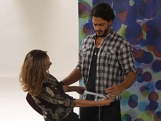 Josué começa o ensaio todo sem graça... (Foto: Amor Eterno Amor/TV Globo)