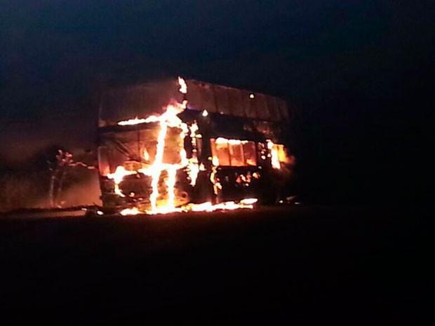 Ônibus da empresa Viação Nordeste foi totalmente destruído pelas chamas (Foto:  Fabrício Martins)