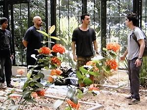 Vitor encara os bandidos e avisa que vai chamar a polícia (Foto: Malhação / TV Globo)