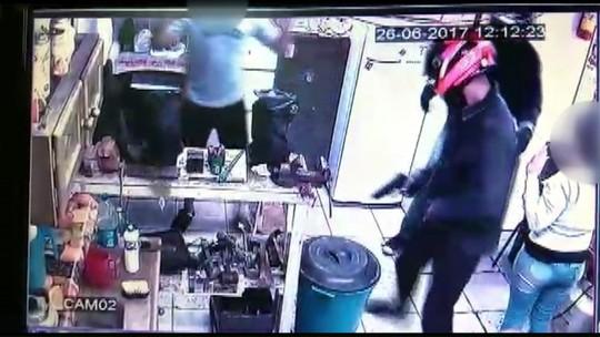 Câmeras registram assalto a joalheria na região central de Maringá; ASSISTA