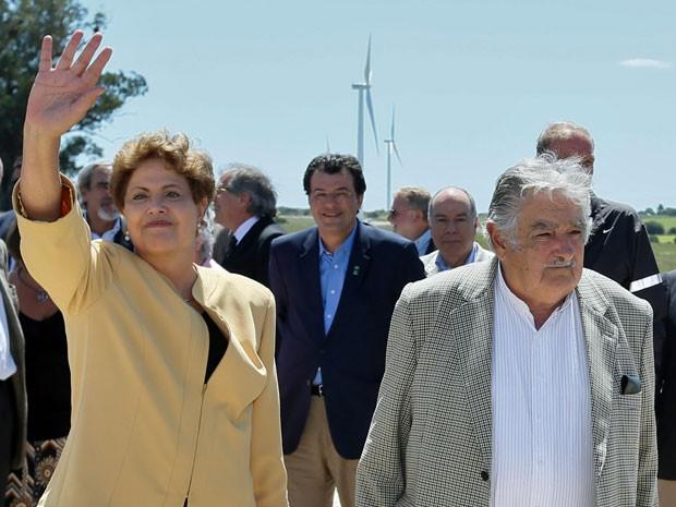 A presidente Dilma Rousseff com o colega José Mujica ao chegar para a inauguração de parque eólico no Uruguai (Foto: Roberto Stuckert Filho / PR)