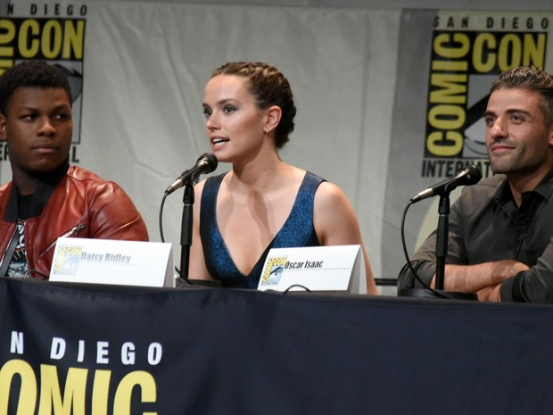 Da esquerda para a direita, John Boyega, Daisy Ridley e Oscar Isaac participam do painel de 'Star Wars: O Despertar da Força' na San Diego Comic-Con 2015 (Foto: Richard Shotwell/Invision/AP)