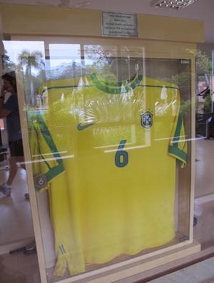 Camisa urilizada por Roberto Carlos na Copa América de 1999 (Foto: Carlos Augusto Ferrari / GLOBOESPORTE.COM)