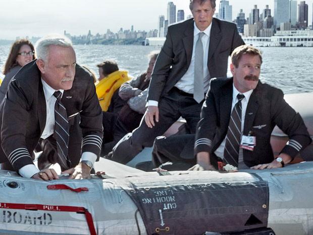 Cena de 'Sully: O herói do rio Hudson', com Tom Hanks (à esquerda) e Aaron Eckhart (à direita); filme de Clint Eastwood baseado em fatos reais mostra pouso milagroso de avião executado em Nova York em 2009 (Foto: Divulgação)