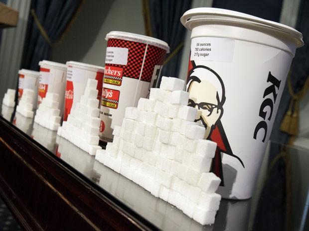 Maiores copos de refrigerante devem sumir das lanchonetes de Nova York (Foto: AP Photo/Richard Drew)