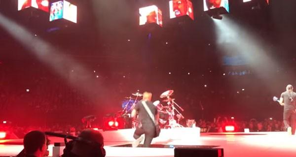 James Hetfield sofre acidente durante apresentação em Amsterdã (Foto: reprodução/YouTube)