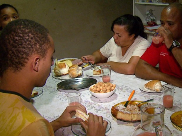 Fam&#237;lia adaptou a alimenta&#231;&#227;o substituindo a farinha de trigo pelo amido de milho (Foto: Reprodu&#231;&#227;o/EPTV)