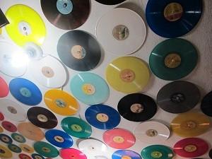 Em loja no Centro, vinis coloridos decoram teto. (Foto: Leonardo Neiva/G1)