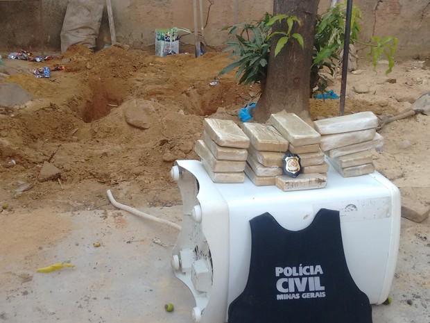 Droga estava enterrada no quintal de uma casa no Bairro Jardim Pérola (Foto: Diego Souza/G1)