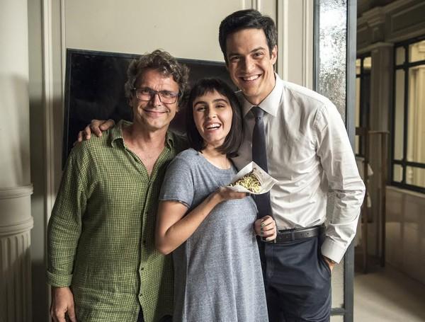 Mateus Solano e Valentina Herszage ganham bolo em bastidor de novela