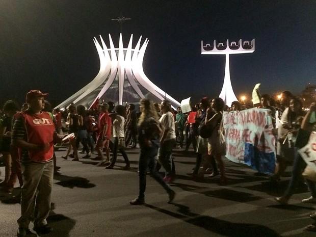 Grupo protesta a PEC 241 em frente à Catedral de Brasília; grupo fechou o Eixo Monumental no início da noite desta segunda-feira (24) (Foto: Mateus Vidigal/G1)