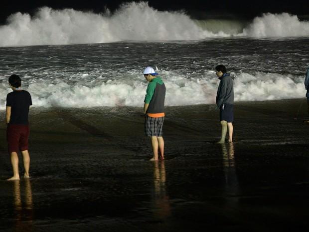 Com filas de 4 horas para ir ao banheiro, jovens fazem xixi na praia. (Foto: Yasuyoshi Chiba / AFP)