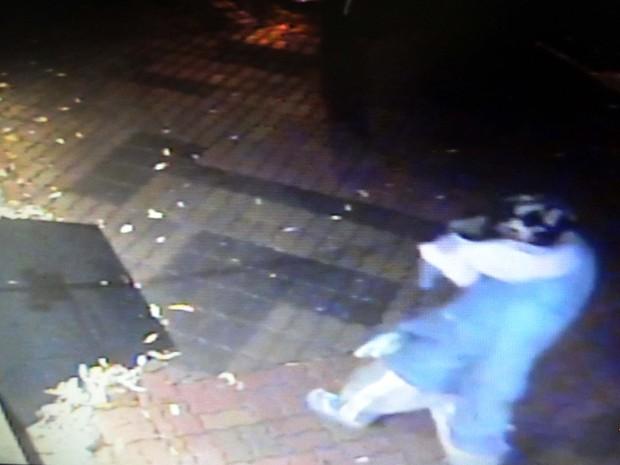 Rapaz foi flagrado usando as mesmas roupas e boné nos dois furtos em  Panorama (Foto 95c75ca0f3a