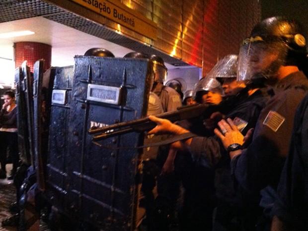 Tropa de choque em frente ao Metrô Butantã (Foto: Marcelo Mora/ G1)