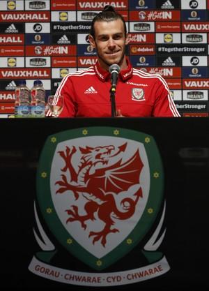 Gareth Bale na entrevista coletiva sobre o escudo do País de Gales (Foto: Reuters/Gonzalo Fuentes)