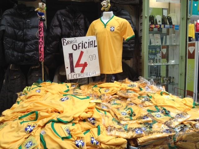 Camisas do Brasil são vendidas com desconto na Saara, no Rio (Foto: Mariucha Machado/G1)