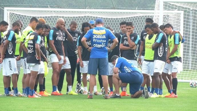 Suárez, agachado, passa esquema tático para o grupo (Foto: Alan Schneider)