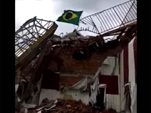 Vídeo mostra bandeira brasileira hasteada em prédio parcialmente destruído em área rebelde no leste da Ucrânia (Foto: Reprodução/Youtube/Ukraine War)