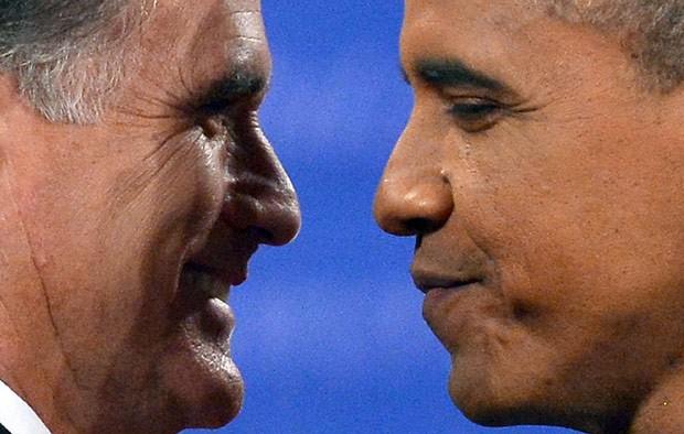 O republicano Mitt Romney e o democrata Barack Obama cumprimentam-se antes do debate desta segunda-feira (22) em Boca Raton, na Flórida (Foto: AP)