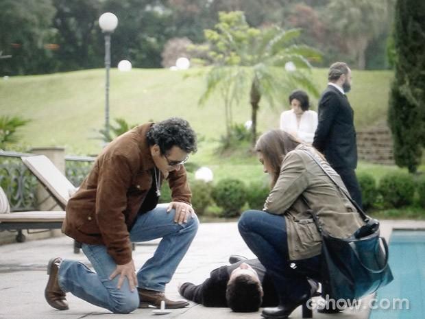 Pedroso e Rosa se olham o corpo de Bruno (Foto: O Rebu / TV Globo)