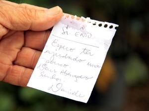 Recado deixado por uma pessoa que foi ao local doar ração (Foto: Fabio Rodrigues/G1)