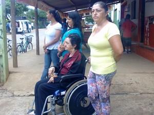 Isaura acompnha a chegada dos fieis com a mãe, Domingas (Foto: Michelly Oda / G1)