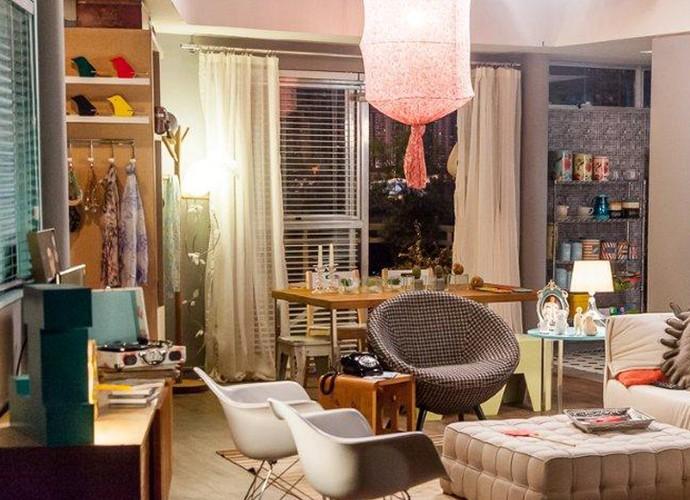A sala do apartamento da dupla é cheia de estilo como os moradores (Foto: Arthur Meninea/GShow)