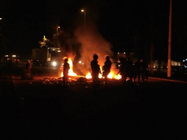 Manifestantes atearam fogo em pneus. (Foto: Brunna Vidal Lima/ Arquivo pessoal)