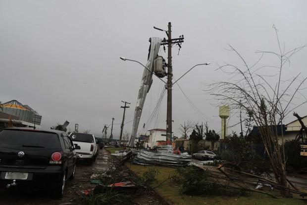 Cobertura metálica é vista presa em poste. Pastor afirma que região mais afetada ainda não possui energia elétrica (Foto: Ricardo Ossandon/Igreja do Evangelho Quadrangular)