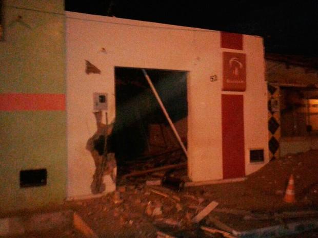 Posto bancário do Brasdesco atacado durante a madrugada deste sábado, em Caetanos (Foto: Polícia Militar Caetanos)