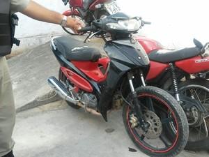 Uma moto também foi apreendida (Foto: Lucas Leite/G1)