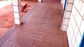 Além da depredação, mensagens com ameaças de morte foram pichadas no chão (Foto: Thiago Roberto/G1)