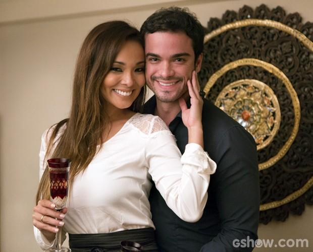 Carol Nakamura e Sidney Sampaio curtem momento romântico (Foto: Felipe Monteiro / TV Globo)