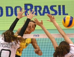 Dani Lins foge do bloqueio duplo armado pela Alemanha e busca mais um ponto para o Brasil no Grand Prix de vôlei (Foto: Divulgação/FIVB)