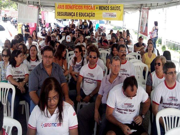 Servidores do estado pedem reajuste salarial e implantação do PCCV (Foto: Tássio Andrade/G1)