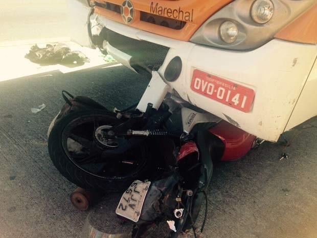 Moto e ônibus envolvidos em acidente na EPTG, no DF (Foto: Corpo de Bombeiros DF/Divulgação)