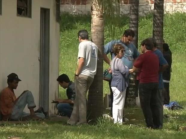 Equipes abordam moradores de rua em Batatais, SP (Foto: Márcio Meirelles/EPTV)