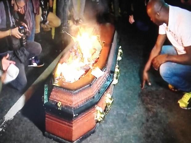 No Largo da Batata, manifestantes queimam um caixão e falam em morte da democracia (Foto: Reprodução/GloboNews)