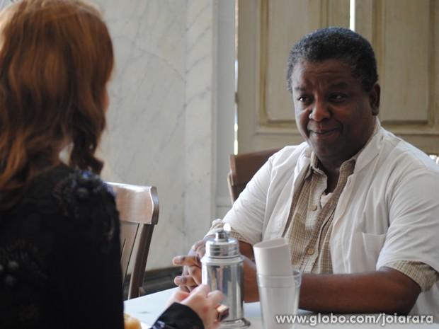 Será que o ex-motorista de Ernest sabe de alguma coisa? (Foto: Joia Rara/TV Globo)